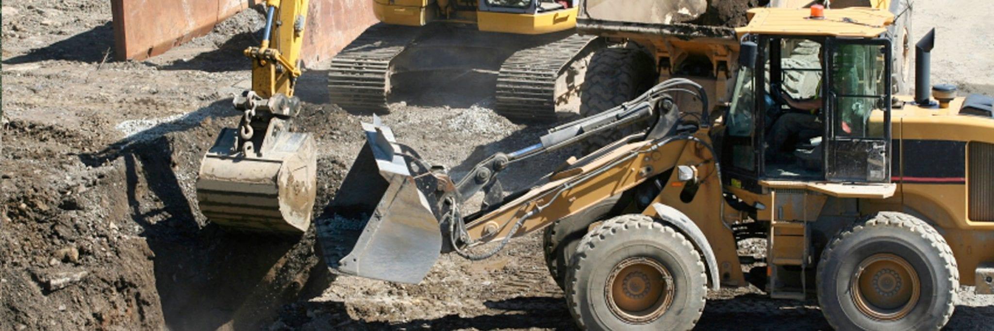 Chantier de construction avec pelles hydrauliques pour excavation