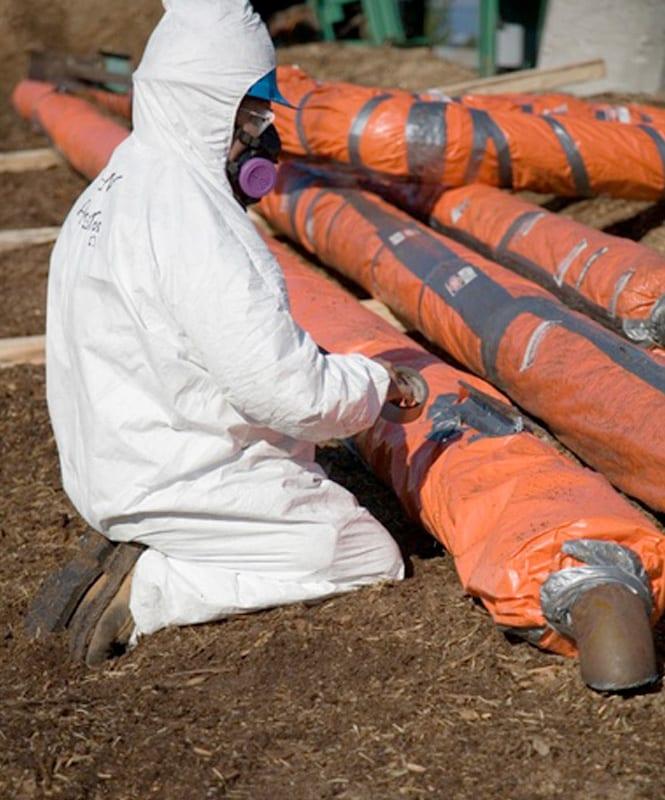 Travailleur sur chantier fait de la décontamination d'amiante sécuritaire